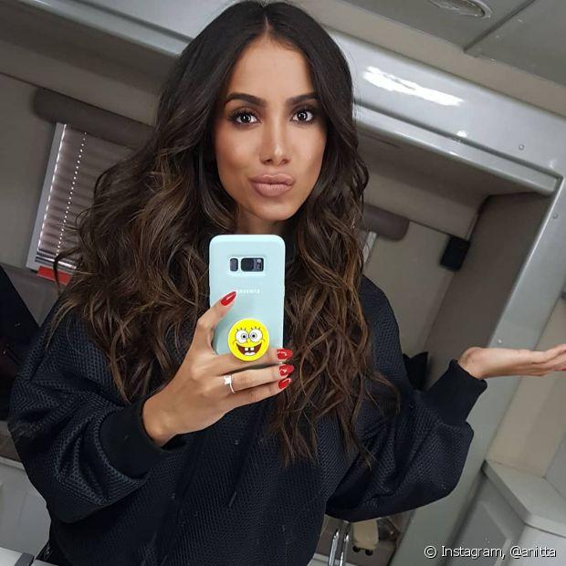 Antes, Anitta estava com os cabelos castanhos e com pontas levemente iluminadas