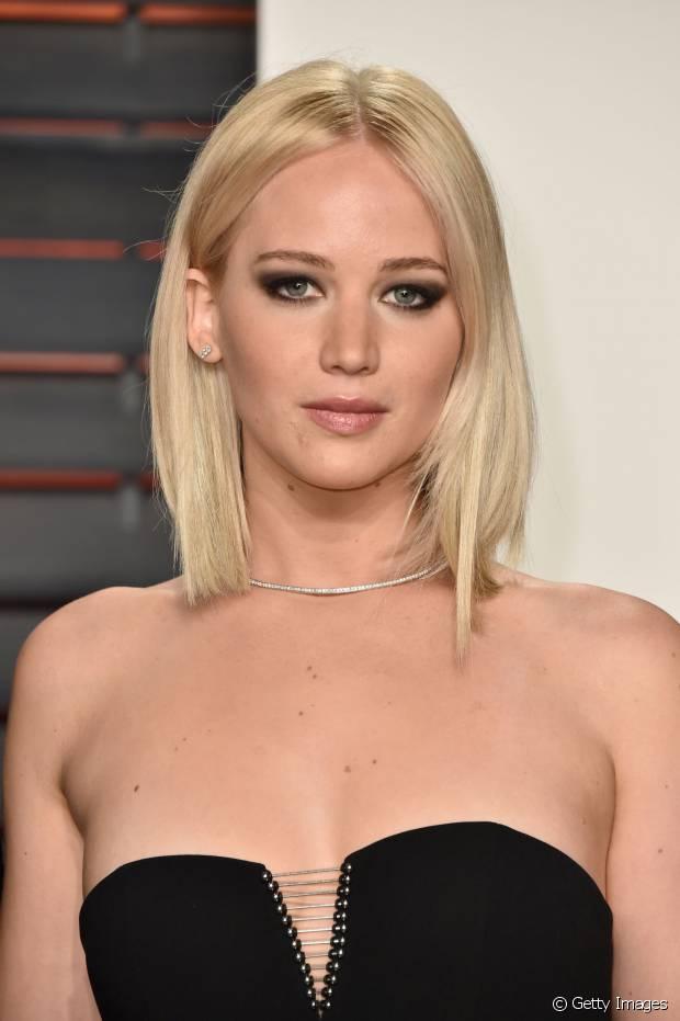 Jennifer Lawrence está com o cabelo long bob platinado