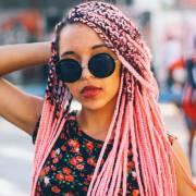 Box braids coloridas: confira mais de 70 fotos de meninas que apostaram nas tranças sintéticas no cabelo e inspire-se!