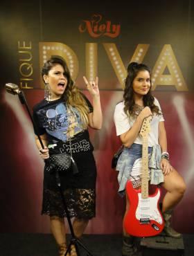 Blogueiras Camilla Marins e Nathy Turra falam sobre cabelos e moda no stand Fique Diva, no Rock in Rio 2015