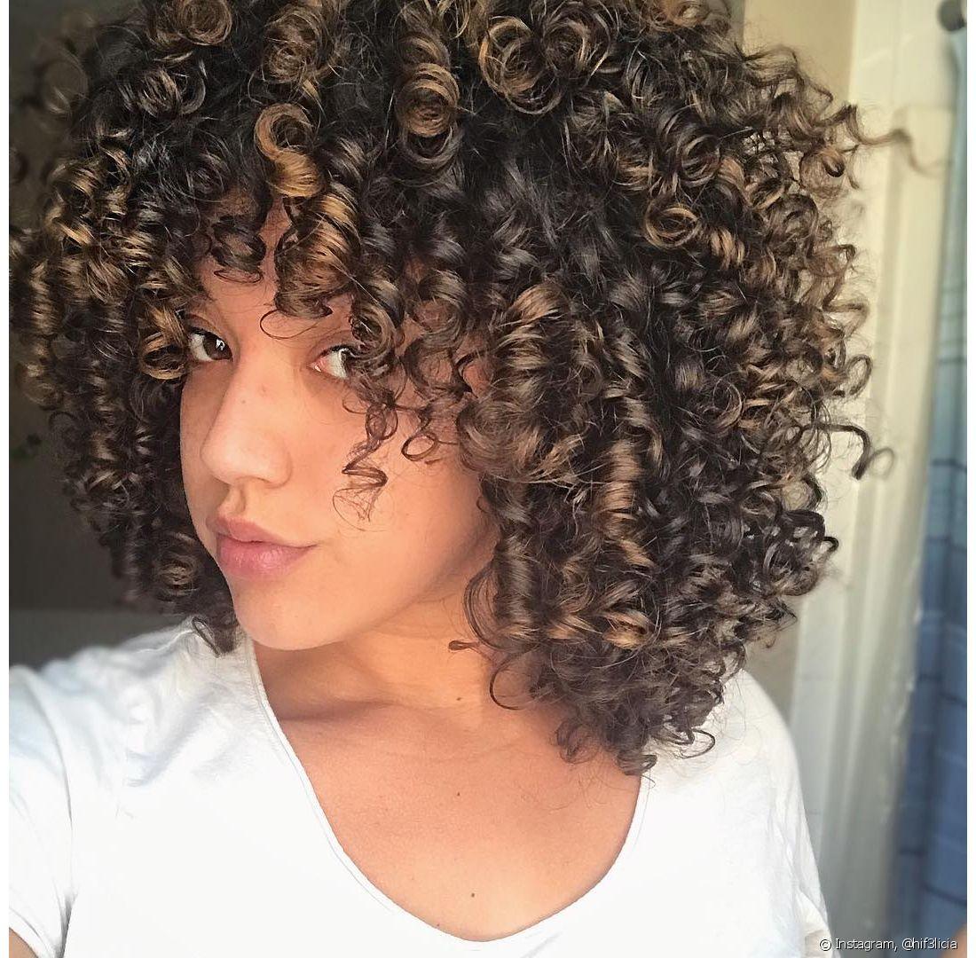 O formato dos cabelos cacheados dificulta a passagem da oleosidade produzida no couro cabeludo