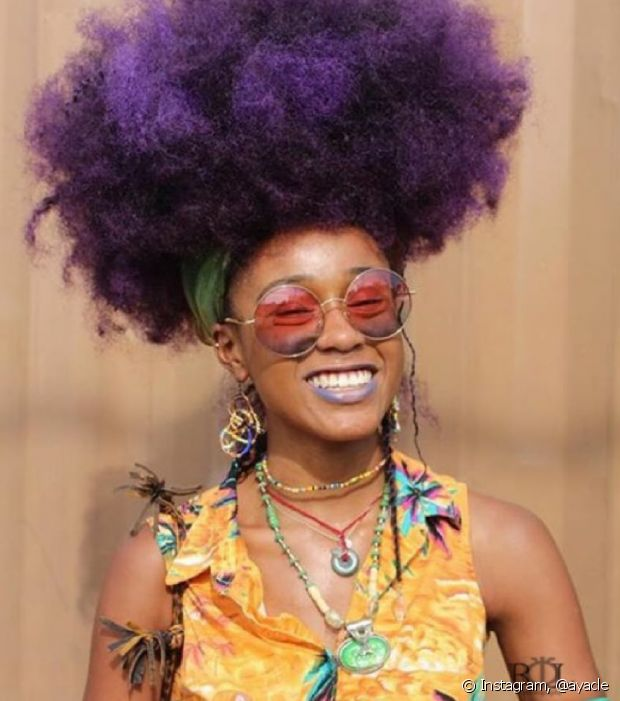 Deixe o seu black power ainda mais estiloso com penteados que valorizem o volume