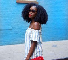 O cabelo curto valoriza o tom marcante do preto azulado