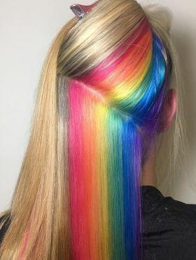 Cabelo arco-íris escondido: conheça a técnica dos fios coloridos e confira dicas para apostar na tendência!