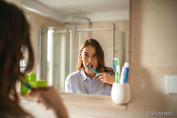 Na hora de escovar os dentes, use um pouco de bicarbonato com a sua pasta para clarear seu sorriso