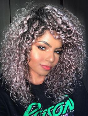 Cronograma capilar com Diva de Cachos: saiba como incluir os produtos para cabelos cacheados e crespos na sua rotina de tratamentos