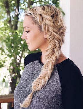 Trança embutida em cabelo loiro: saiba como apostar no visual + 10 fotos para inspirar!