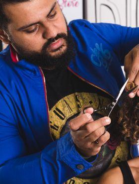 Bruno Dantte, cabeleireiro especializado em cachos e crespos, fala da importância de saber cuidar dos fios: 'O cabelo natural é incomparável e vale a pena lutar por ele'