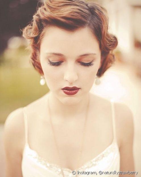 O estilo retrô fica lindo nas madeixas ruivas e o penteado com ondas bem marcadas ajuda a deixar o visual bem limpo e elegante