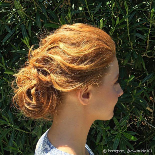 Não tem como errar com o coque baixo! Esse penteado é um clássico nos casamentos e ajuda a valorizar o vestido de noiva
