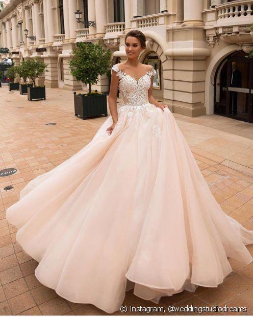 Os contos de fadas influenciam as escolhas de muitas noivas e para ter um casamento digno de princesa é preciso apostar nos vestidos de baile e penteados bem elaborados
