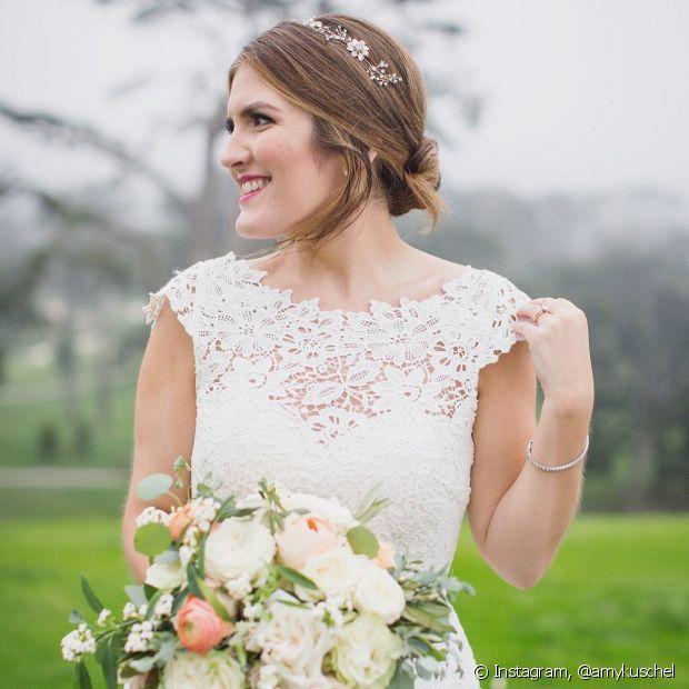 Para o casamento no civil, os coques mais tradicionais dão lugar a fios mais soltinhos e estilo mais despojado