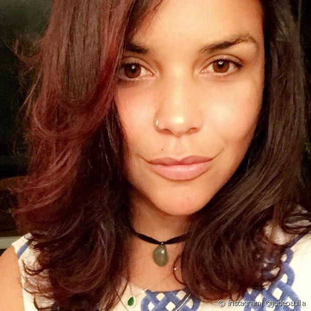 Ju de Paulla pintou os cabelos com a cor 4.65 (Cereja), de Brilho&Ton