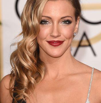 Penteado lateral com cachos: aprenda o passo a passo de como fazer o estilo preferido das famosas de Hollywood
