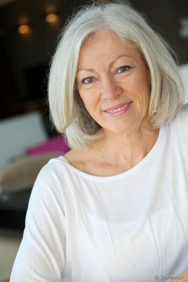 Quem assumiu os cabelos brancos já percebeu que com o tempo começam a  aparecer reflexos amarelados 2076e03574