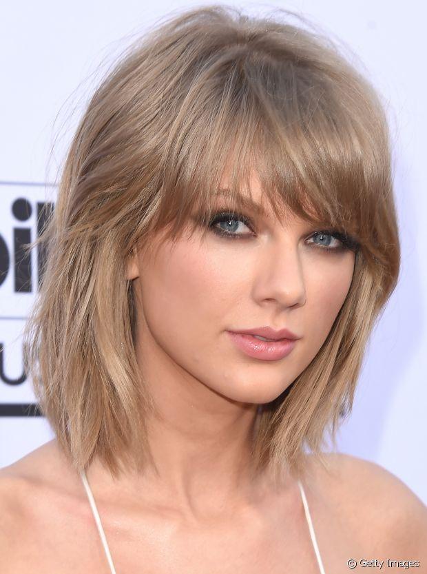 Taylor Swift parece estar sempre com um cabelo diferente, né? A versatilidade é uma das vantagens das franjas assimétricas