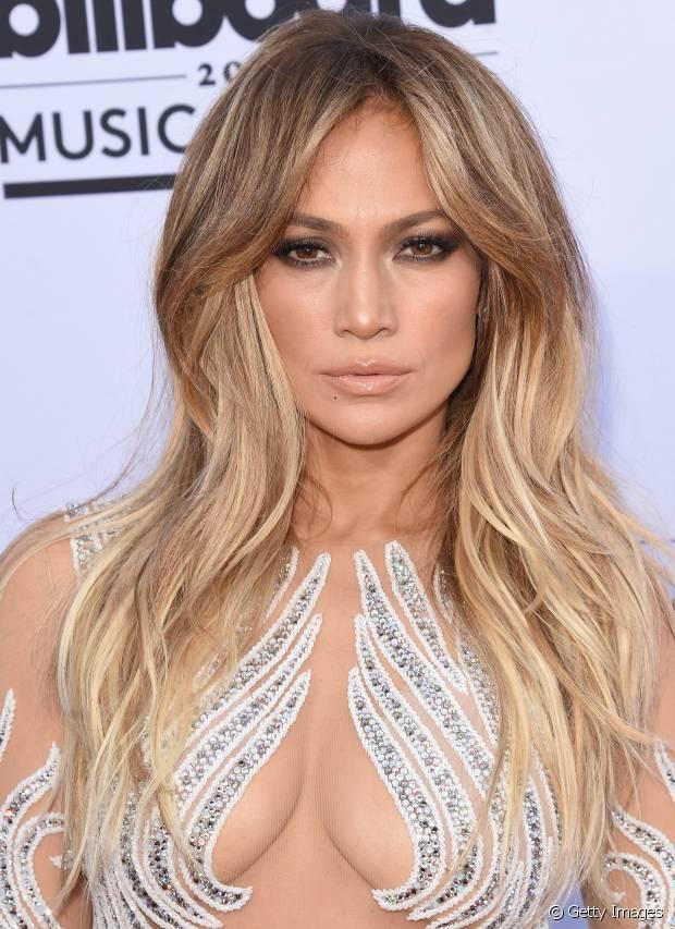 Jennifer Lopez também apostou nas mechas frontais para iluminar o visual e destacar o corte desfiado