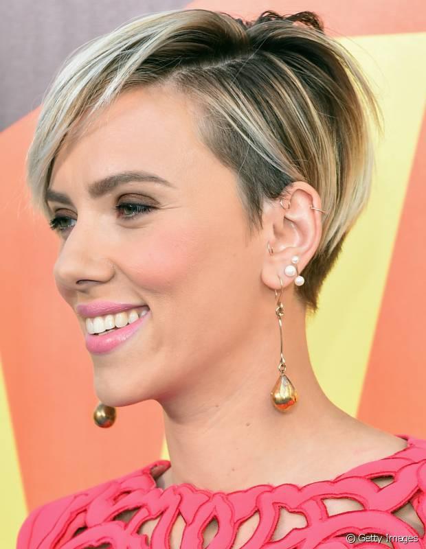 Os fios curtinhos, como usou Scarlett Johansson, possibilitam um visual sério e sensual ao mesmo tempo