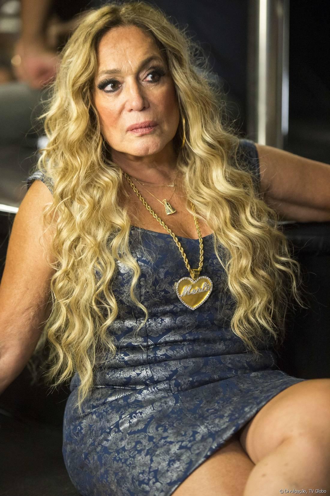 Susana Vieira precisou da extensão de cabelos loiros para viver a cômica Adis Abeba em 'A Regra do Jogo'