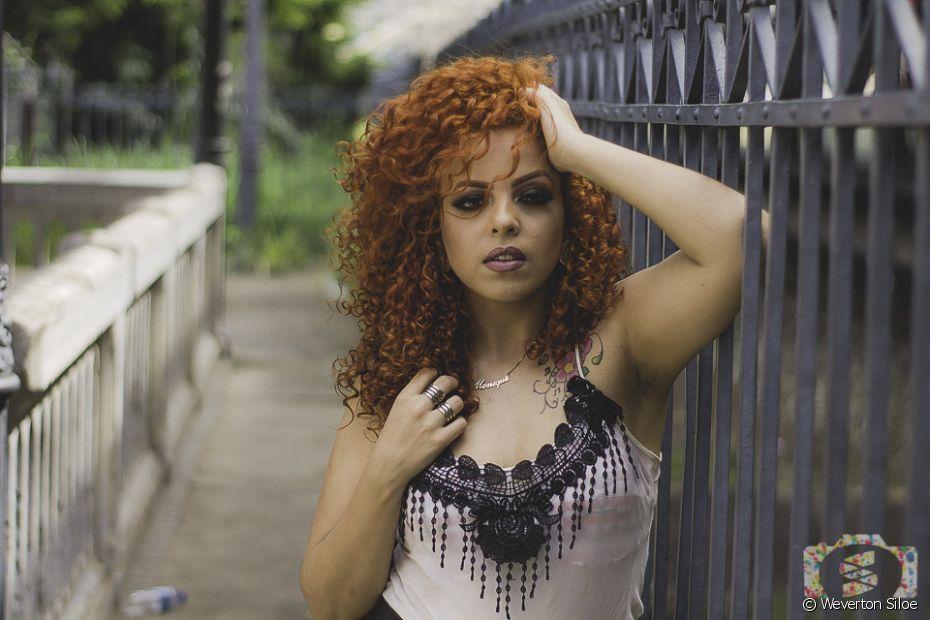 Monique Angell é mineira, maquiadora e começou a transição capilar em 2015