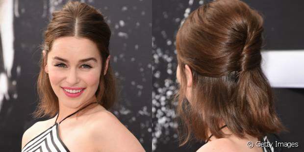 Emily Clarke criou um semipreso torcendo as mechas para dentro e adicionou um leve volume ao topo da cabeça para deixar o penteado mais sofisticado