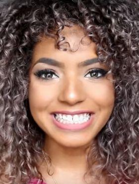 Blogueira Bruna Ramos ensina como matizar o cabelo cacheado loiro. Assista ao vídeo!
