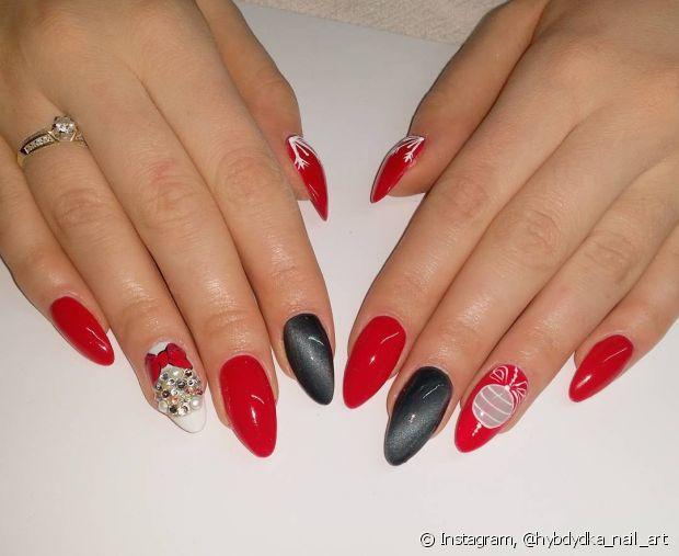 Quem é fã de nail art já conhece bem as tais pedrinhas personalizadas. Para usá-las no espírito natalino, você pode completar algum desenho com elas