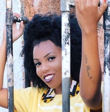Luany Cristina, do blog Diva do Black, ensina 3 penteados fáceis para cabelos crespos para o verão. Assista ao vídeo!