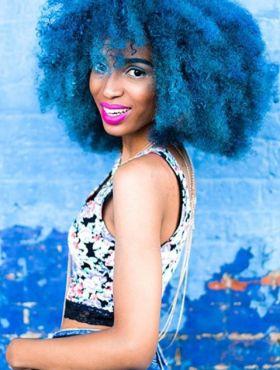 Cabelo cacheado azul: 30 fotos para você se inspirar e colorir seus cachos com a cor fantasia