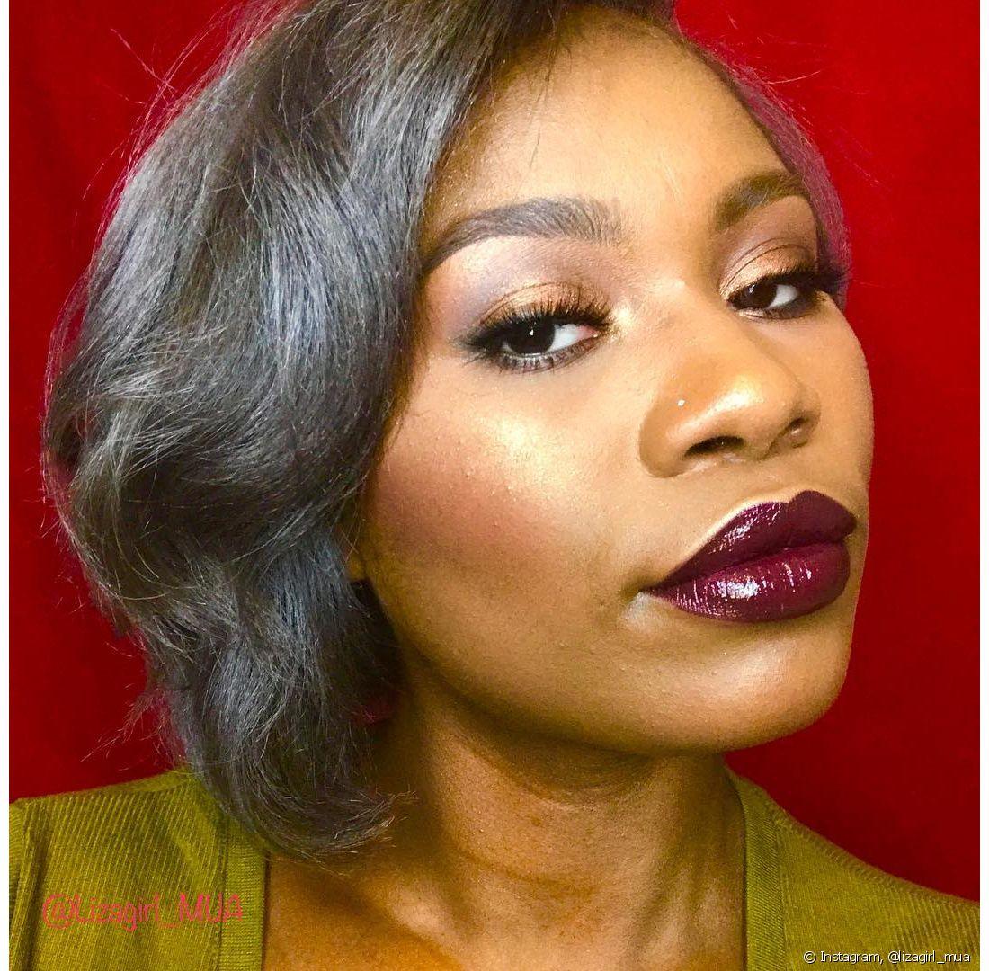 O corte desfiado e curto valoriza os cabelos brancos e, para complementar a produção, aposte na maquiagem poderosa!