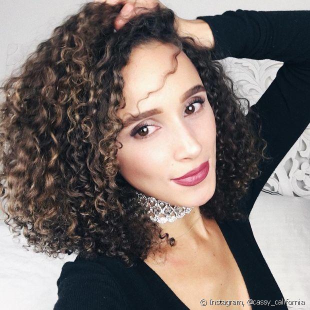 Lave os cabelos em dias alternados, para evitar a oleosidade excessiva do couro cabeludo