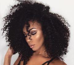 Quem possui o cabelo loiro, não pode aplicar o tonalizante escuro de uma vez nos fios. Se você fizer isso, corre o risco do seu cabelo ficar manchado