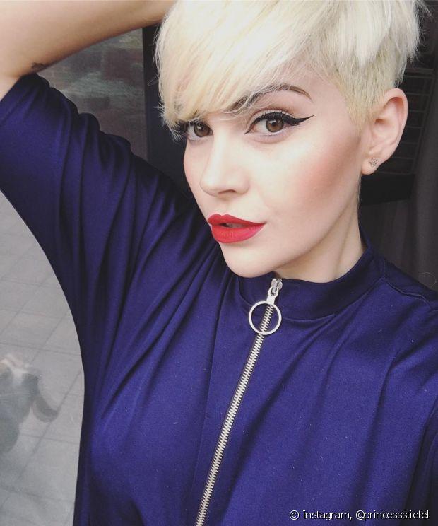 Se os seus cabelos estiverem pintados de escuro, a descoloração não funciona. É preciso fazer uma decapagem nos fios