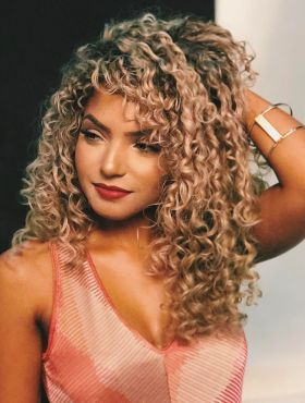 Bruna Ramos conta os segredos do seu cabelo cacheado platinado. Assista ao vídeo!