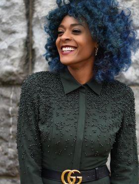 Negra com cabelo azul: 30 fotos de fios coloridos + como cuidar após a química