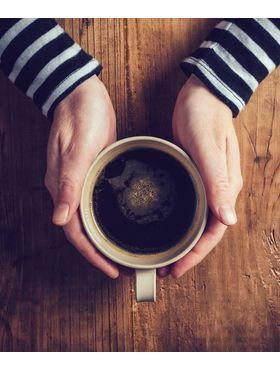 Café com óleo de coco: conheça os benefícios da bebida que faz sucesso como pré-treino