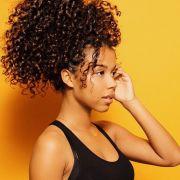 Borrifador para cabelos cacheados: 3 receitas caseiras para você cuidar dos seus fios