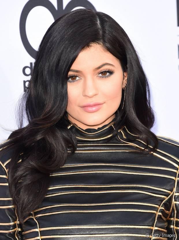 Kylie Jenner investiu em camadas leves para dar movimento e destacar os fios escuros