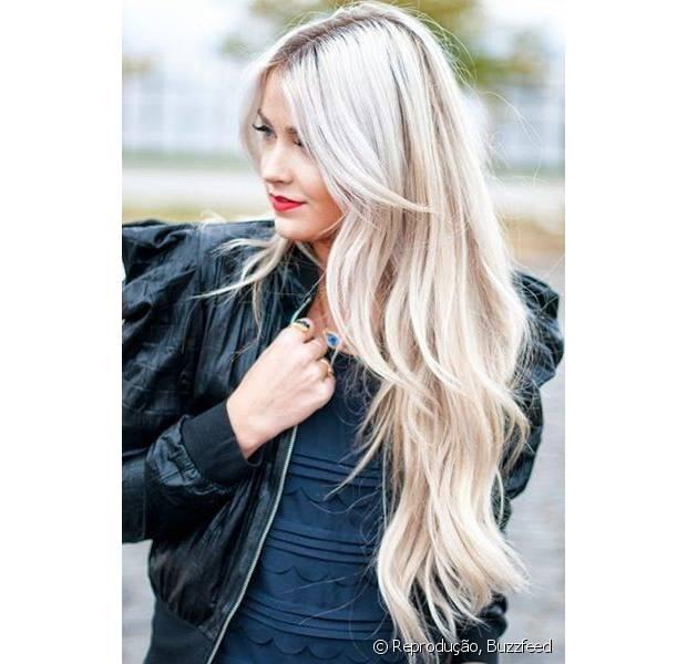 Os fios platinados são ousados e combinam com mulheres de personalidade forte e looks estilosos