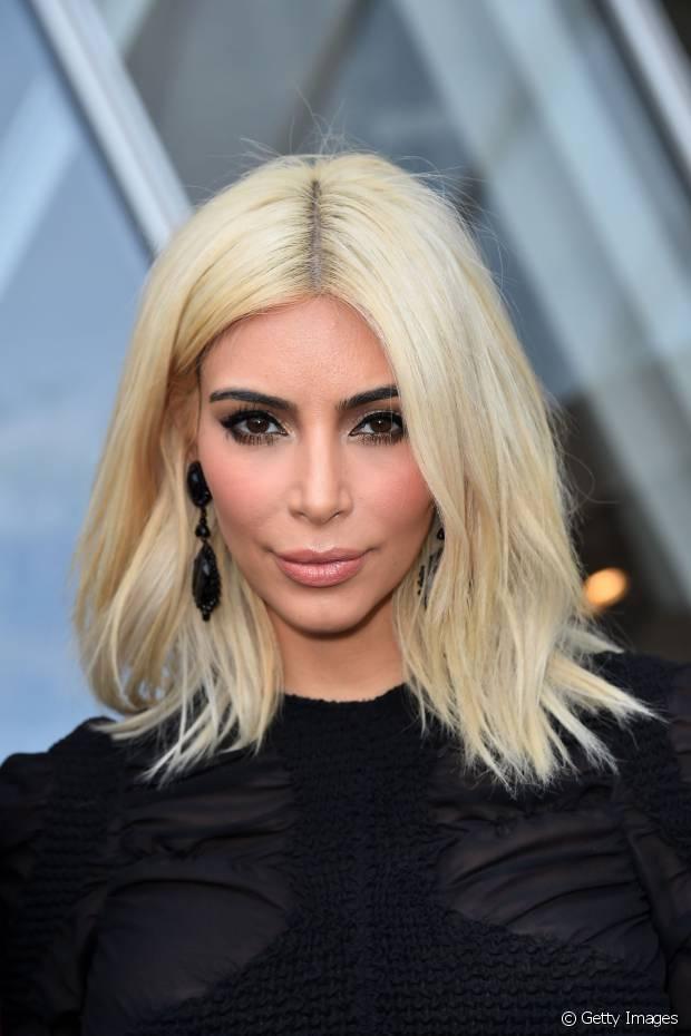 Kim Kardashian levou 4 horas para platinar os fios!