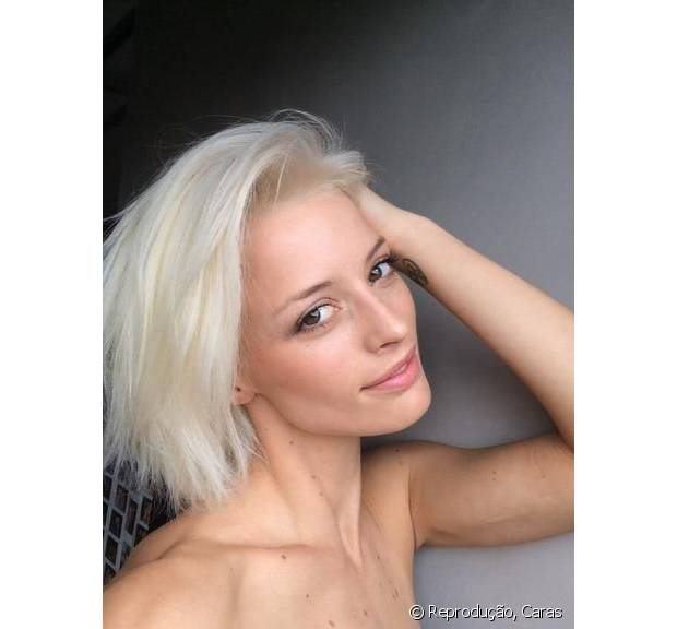 A top Flavia Lucini descoloriu os fios curtinhos recentemente