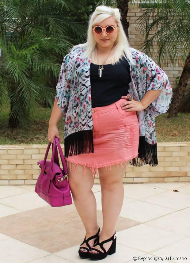 A blogueira Ju Romano descoloriu os cabelos para depois investir em tons fantasia