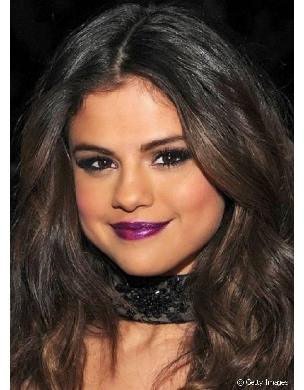 Selena Gomes investiu no roxo cintilante com blush pêssego e olhos marcados
