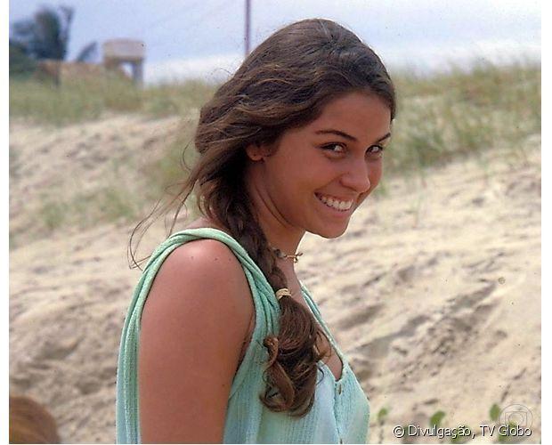 Giovanna Antonelli tem os cabelos castanhos claros. Olha a atriz em 'Tropicaliente' (1993)