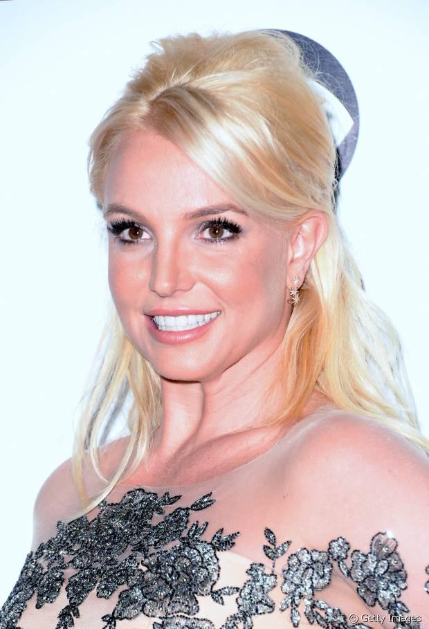 Britney Spears tem os fios naturalmente loiro escuro, mas aposta no platinado