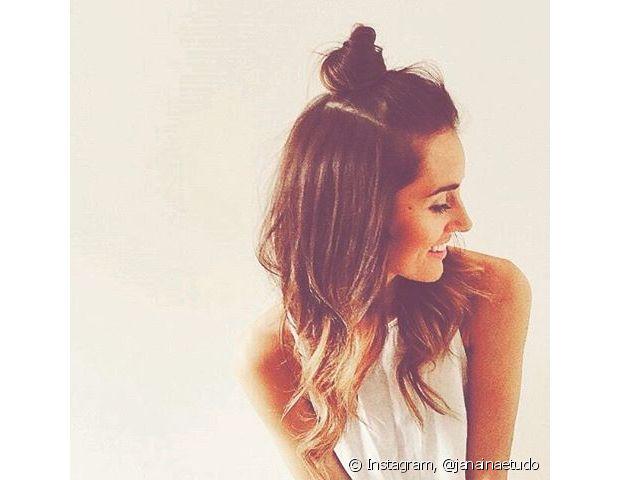 O meio coque é um penteado bem simples e superestiloso que ganhou os cabelos das famosas internacionais promete fazer a cabeça da mulheres brasileiras para o verão