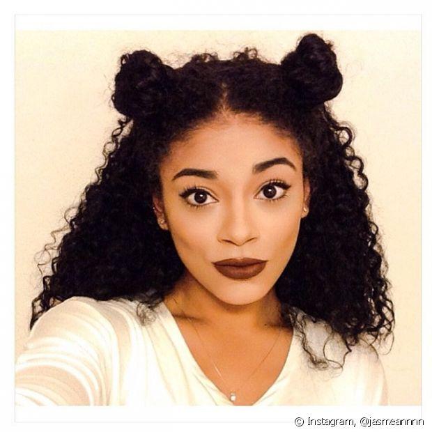 O double bun é um penteado ousado que tem feito sucesso entre as adolescentes internacionais
