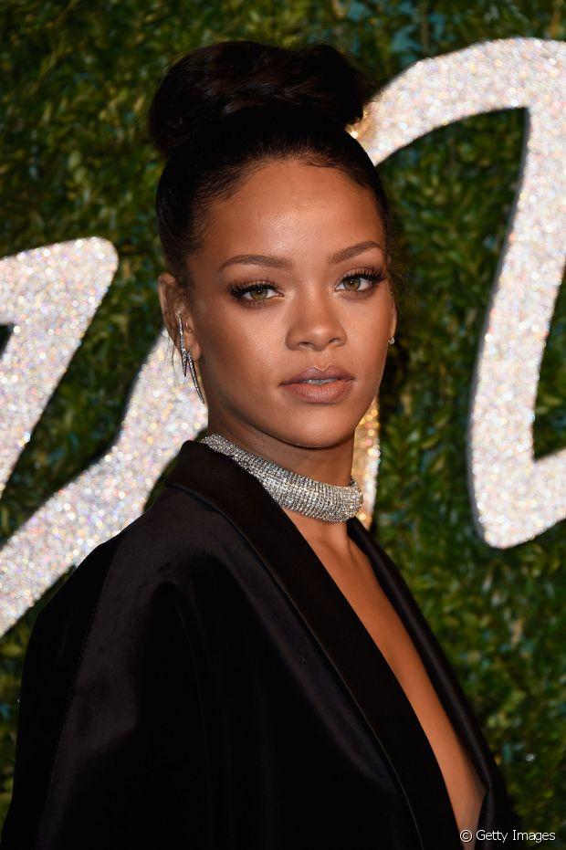 Rihanna usou um coque rosquinha bem alto para uma premiação