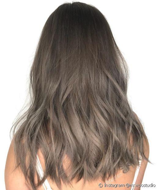 O loiro escuro acinzentado garante um cabelo com um tom cheio de personalidade (Foto: Instagram @mrwoostudio)