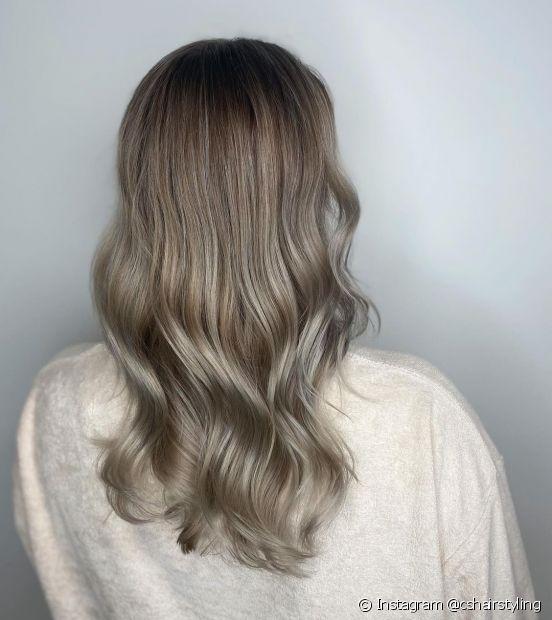 O cabelo loiro escuro acinzentado é um tom entre o loiro e o castanho (Foto: Instagram @cshairstyling)